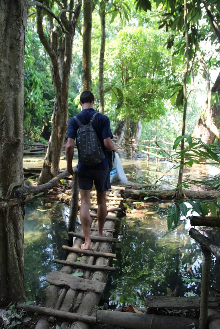 Ponticelli di legno in cima alle cascate di Kuang Si