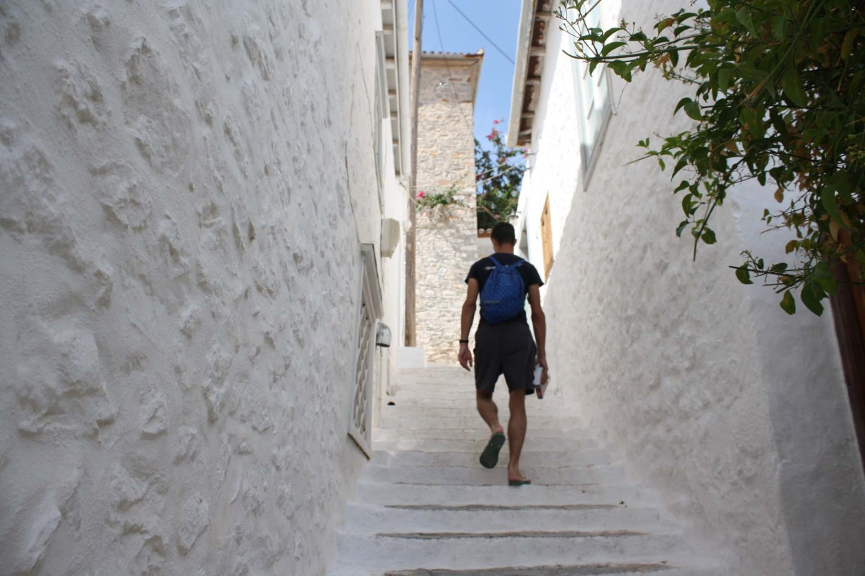 Ruelle en escaliers blancs à Hydra
