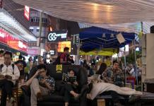Protestatari pro-democrație din Hong Kong citind, în timpul unui eveniment occupy.