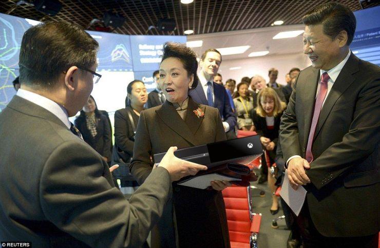 Peng Liyuan receives XBox as gift