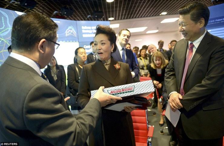 Peng Liyuan receives doughnuts as gift
