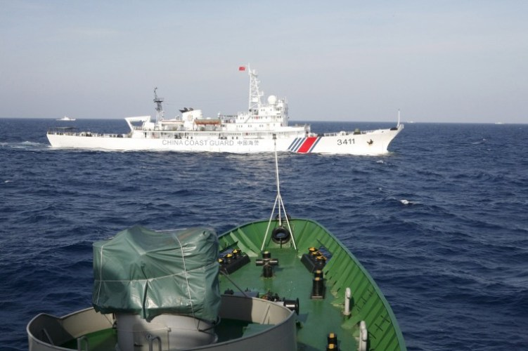 A Chinese Coast Guard ship (top) is seen near a Vietnam Marine Guard ship in the South China Sea, about 210 km (130 miles) off shore of Vietnam, in this May 14, 2014 file photo. File photo: Reuters.
