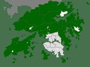 En vert, les Nouveaux Territoires, passés sous bail anglais en 1898. Les densités urbaines sont variables, et la région est en expansion démographique.