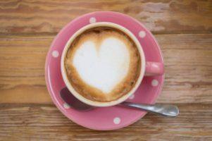 Kaffee trinken und Morgenrituale machen