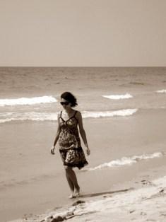 Frau am Strand, muss nichts leisten