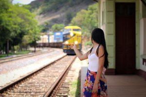 Frau blickt Zug hinterher