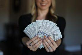 Frau mit vielen Geldscheinen