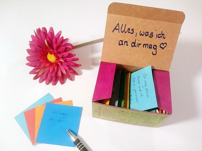 Geschenkideen: eine Teebox mit Kartonkärtchen, die man beschreiben kann.