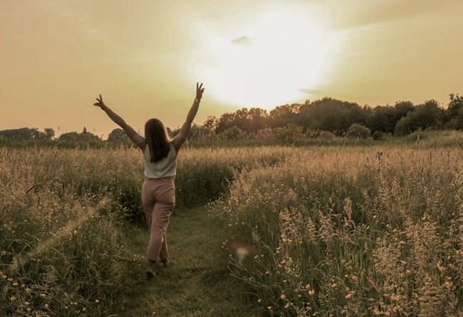 Frau läuft voller Selbstbewusstsein den Weg entlang.