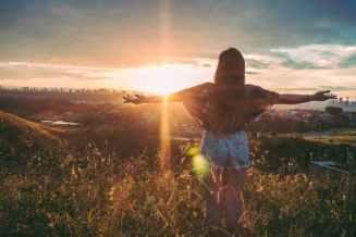 Frau fühlt sich befreut durch den Neuanfang