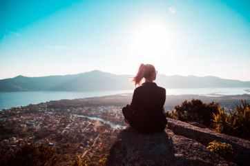 Eine Frau fragt nach dem Sinn, weil sie ein erfülltes Leben will.