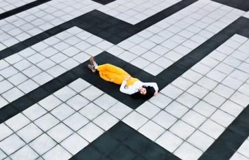 Eine Frau liegt glücklich am Boden