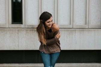 Eine Frau freut sich über das Alleinsein