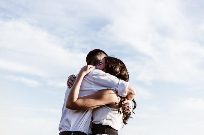 Ein Paar umarmt sich - glückliche Beziehunen