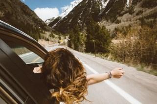 Eine Frau fährt mit dem Auto und kehrt der Vergangenheit den Rücken zu
