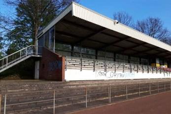 Unbenannt 3 - Vandalismus im Stadion - Knallköppe besprühen Rasen, Sprecherkabine und Tribüne