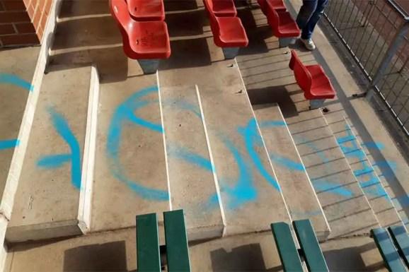 Unbenannt 5 1 - Vandalismus im Stadion - Knallköppe besprühen Rasen, Sprecherkabine und Tribüne