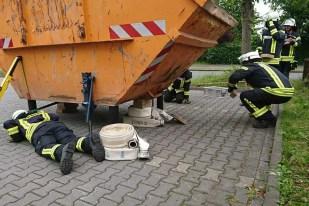 TH Container 1 - Sieben Feuerwehrmitglieder absolvierten Grundausbildung