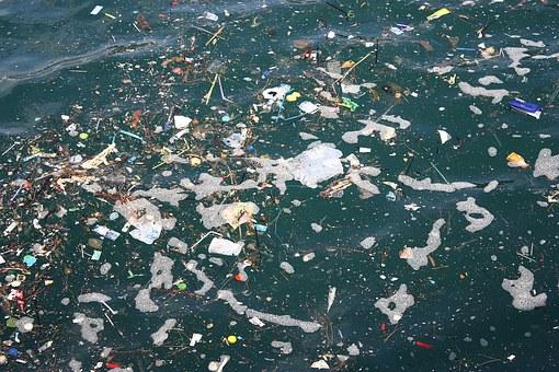 海に浮かぶプラスチックゴミ
