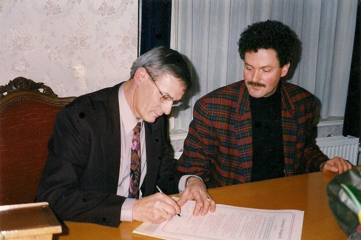 Ondertekening bestuurlijk Convenant VWH en gemeente door voorzitter Ab Smit (l)en wethouder Pijlman (r)