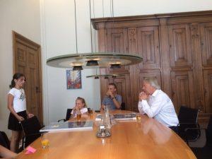 Emma draagt haar gedicht voor aan burgemeester Den Oudsten