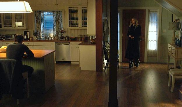 wide shot of Emilys kitchen and entryRevenge  Hooked on