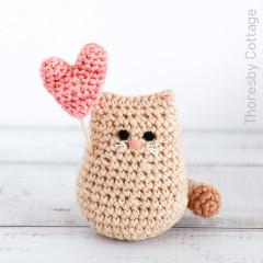 "Itty Bitty ""Love me"" Kitty Free Crochet Pattern"