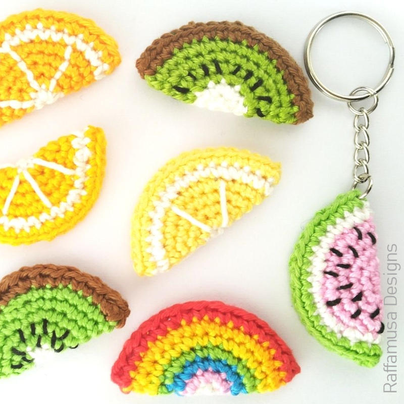 A photo of some crocheted slices of fruit including oranges, lemons, kiwi, and a watermelon on a keychain.
