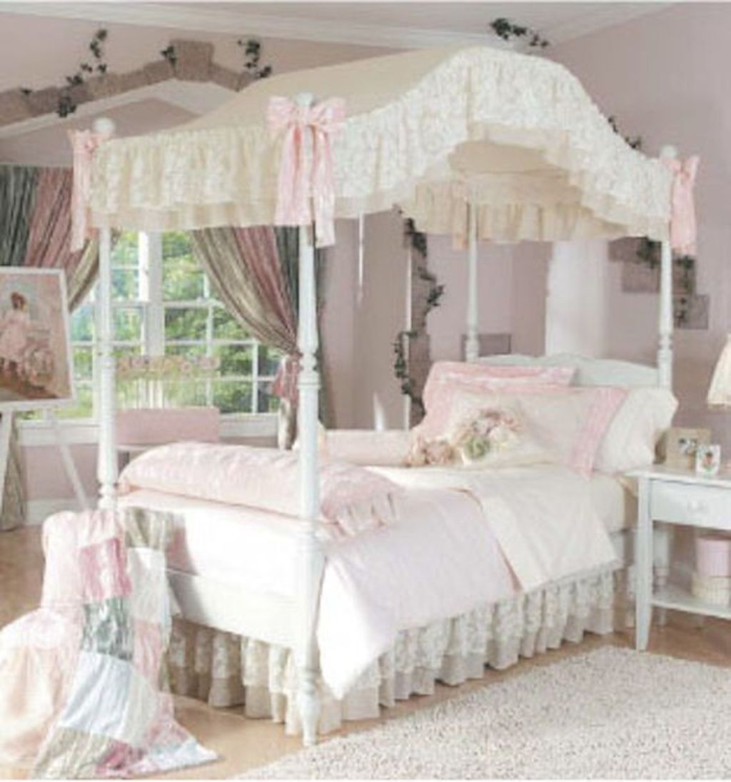 Lovely Romantic Canopy Bed Design Ideas For Your Bedroom 27