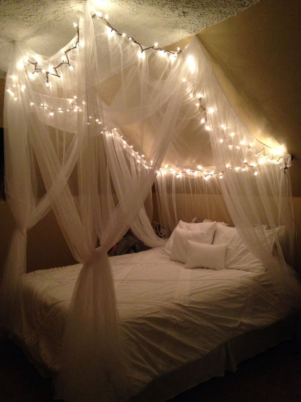 Lovely Romantic Canopy Bed Design Ideas For Your Bedroom 36