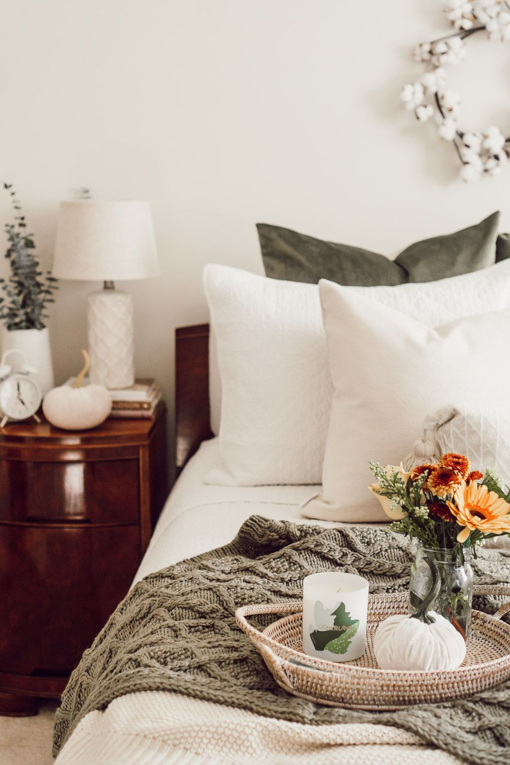Lovely Fall Bedroom Decor Ideas That Will Popular This Year 37