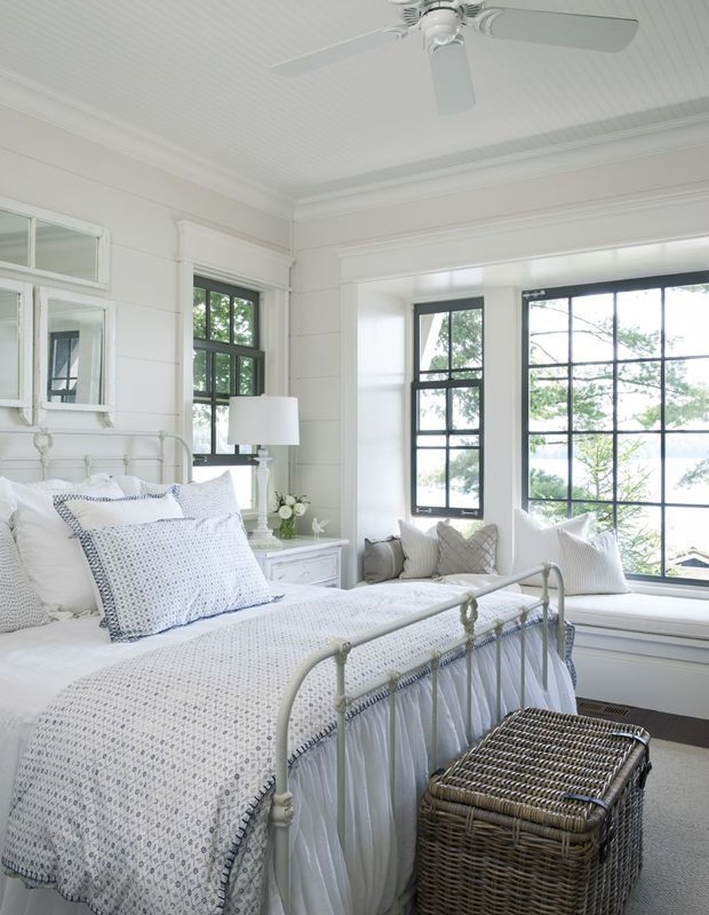 Lovely Lake Bedroom Decorating Ideas 35