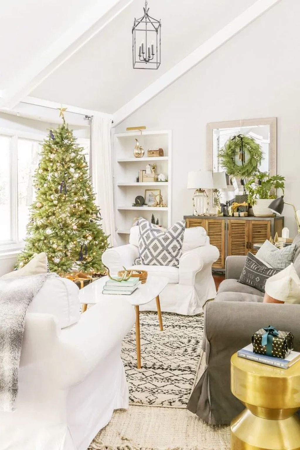 Gorgeous Christmas Living Room Decor Ideas To Look More Beautiful 21