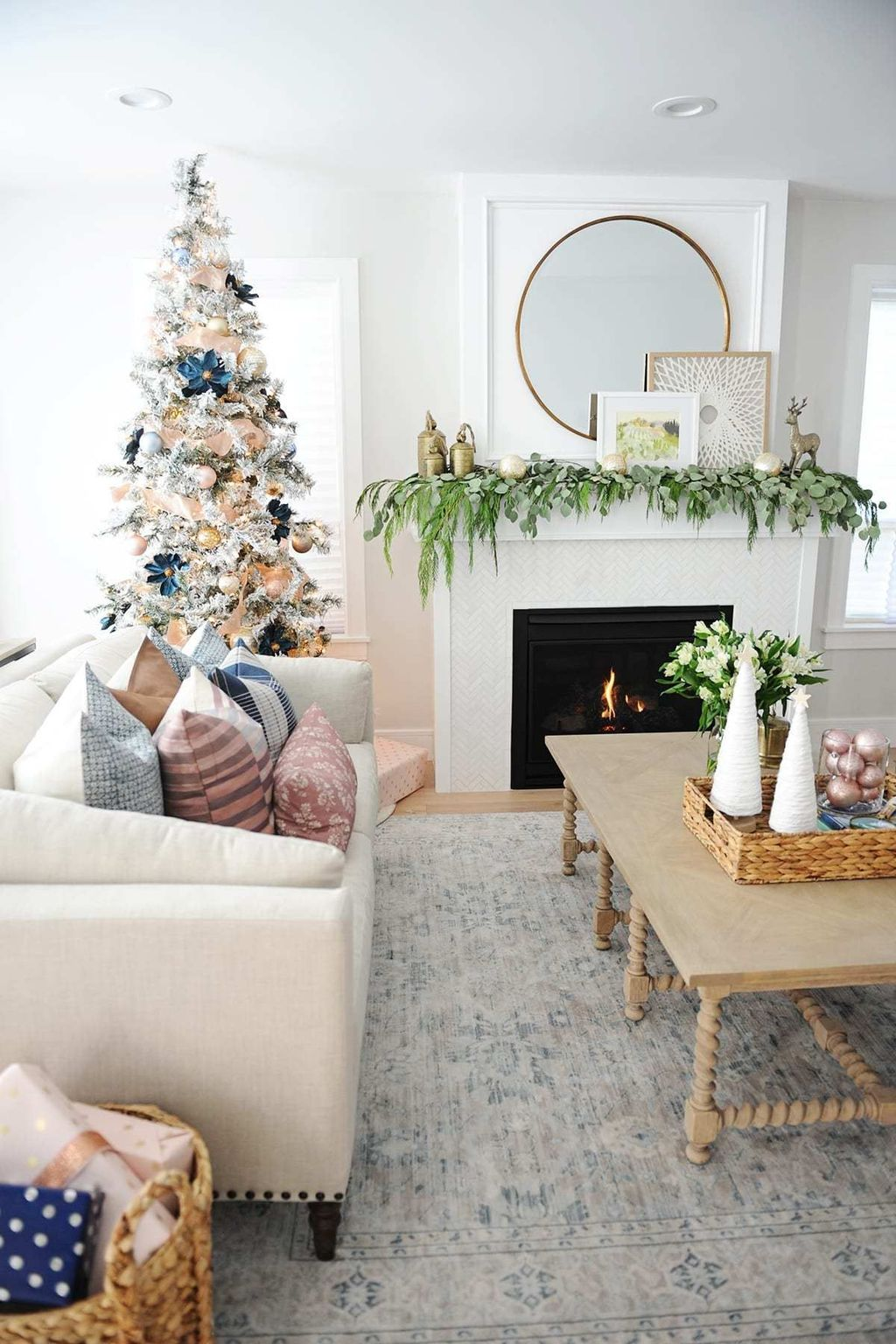 Gorgeous Christmas Living Room Decor Ideas To Look More Beautiful 32