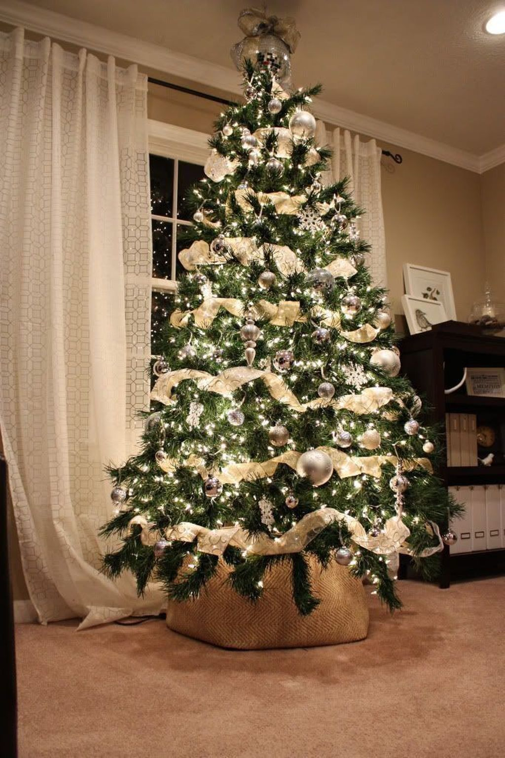 Lovely Christmas Tree Ideas To Beautify Your Interior Decor 03