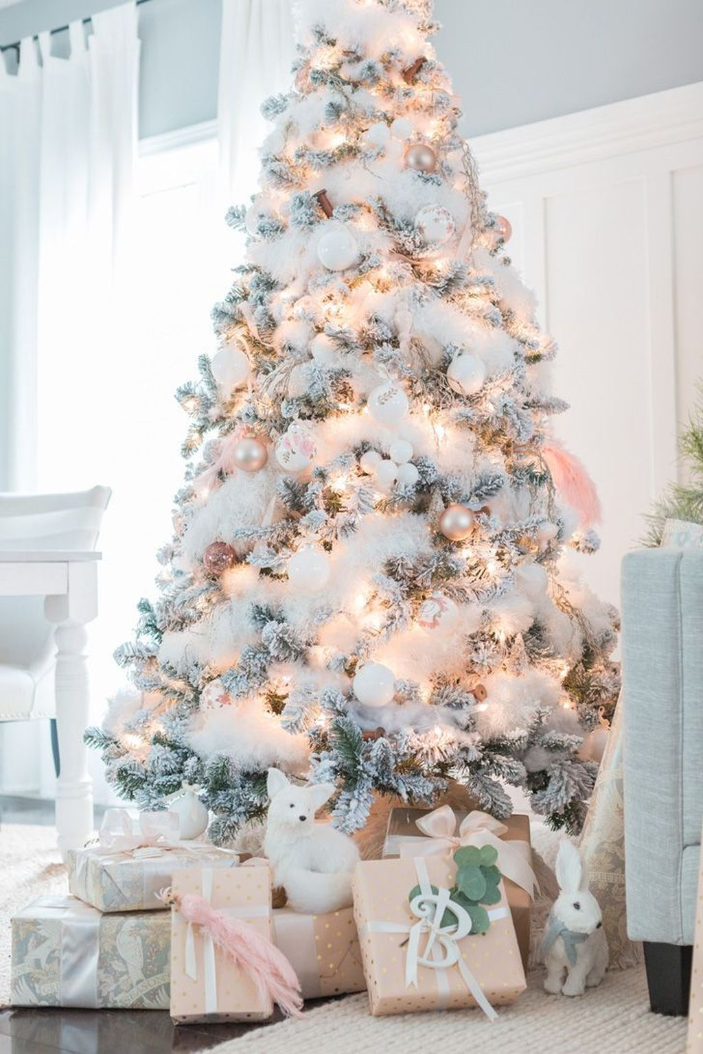 Lovely Christmas Tree Ideas To Beautify Your Interior Decor 11