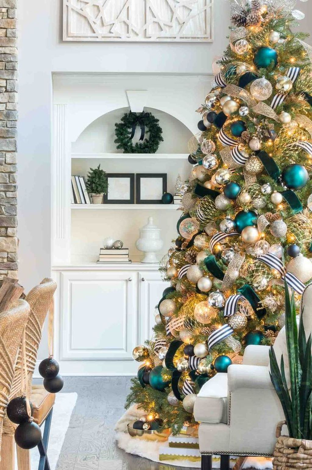 Lovely Christmas Tree Ideas To Beautify Your Interior Decor 17
