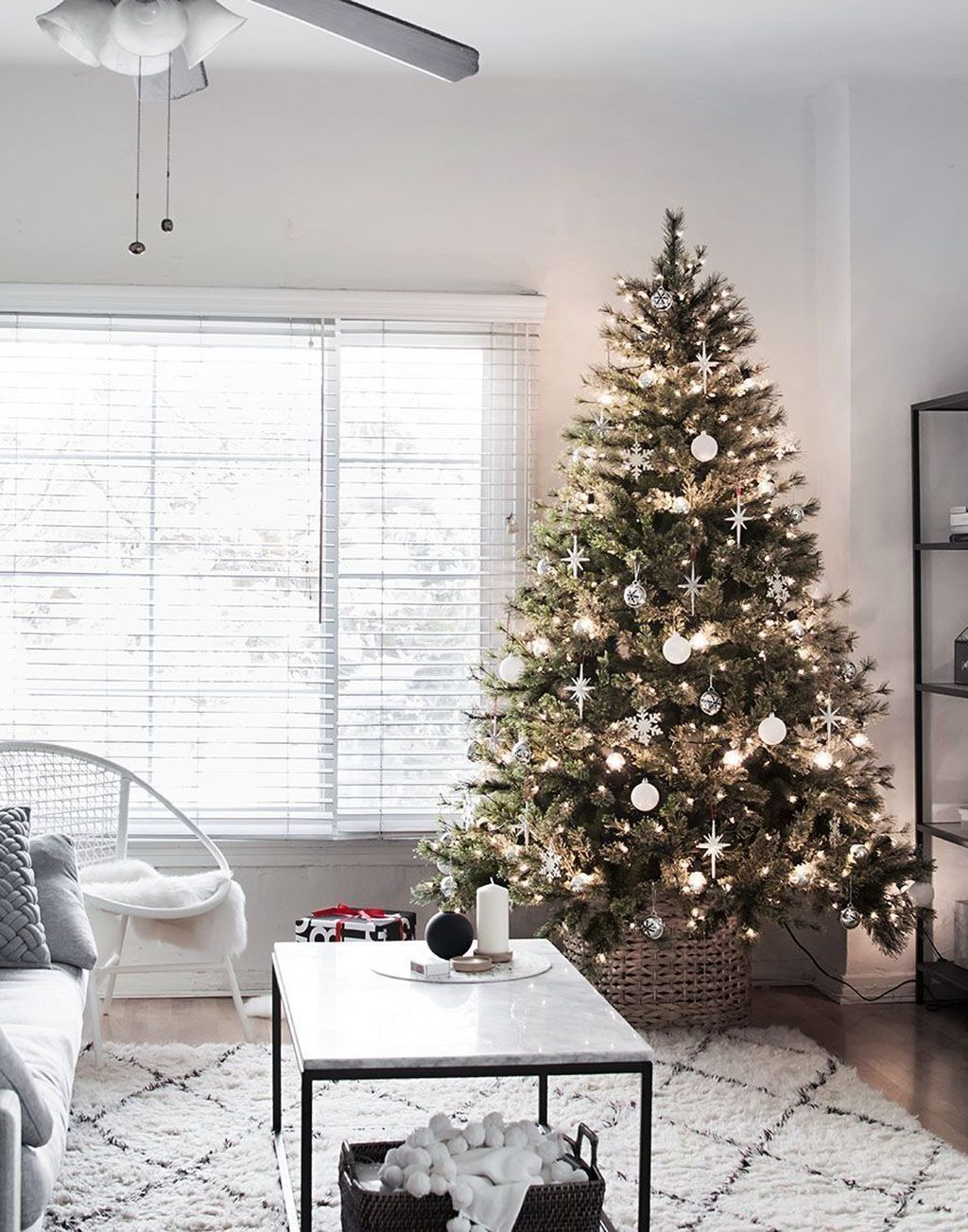 Lovely Christmas Tree Ideas To Beautify Your Interior Decor 19