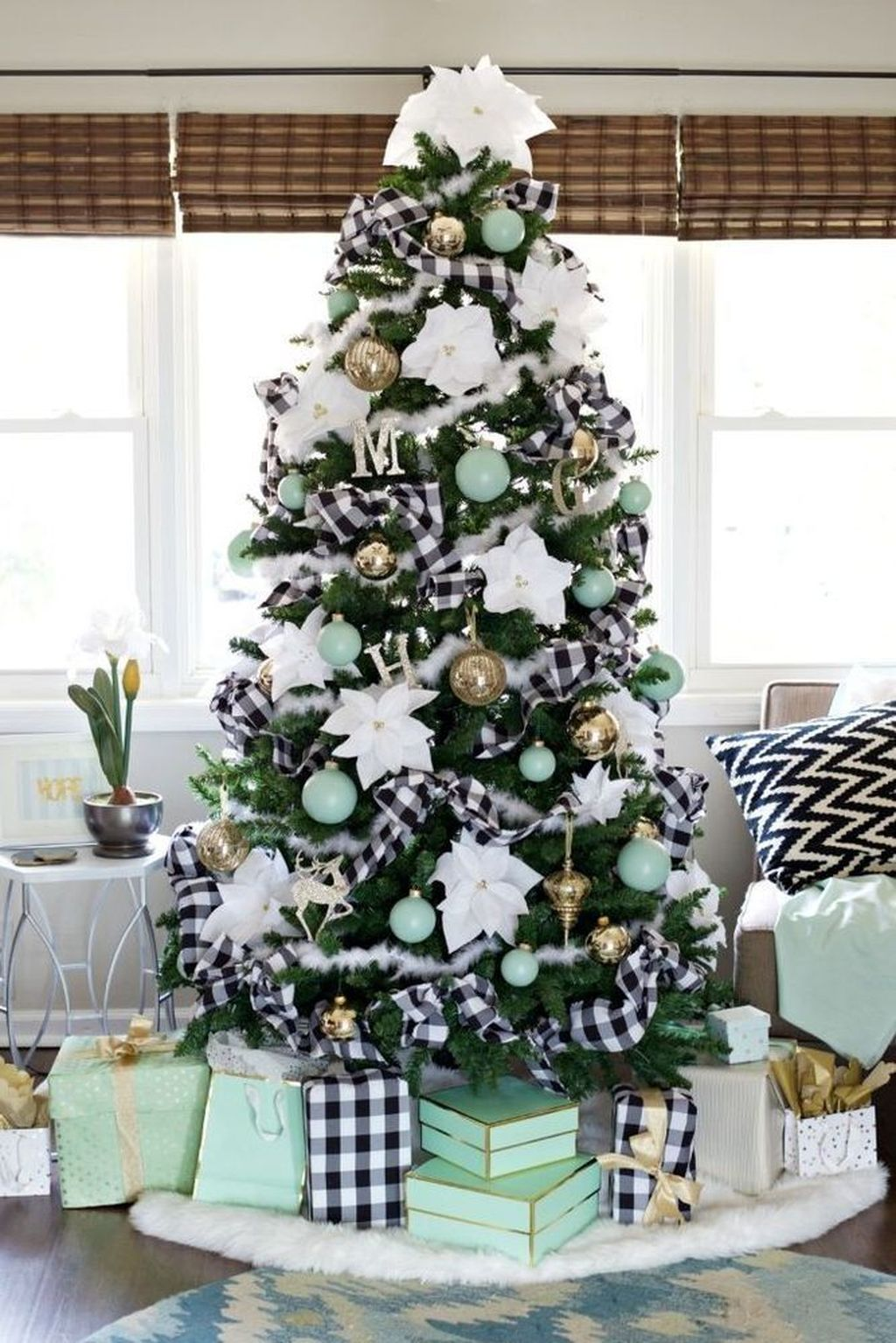 Lovely Christmas Tree Ideas To Beautify Your Interior Decor 31