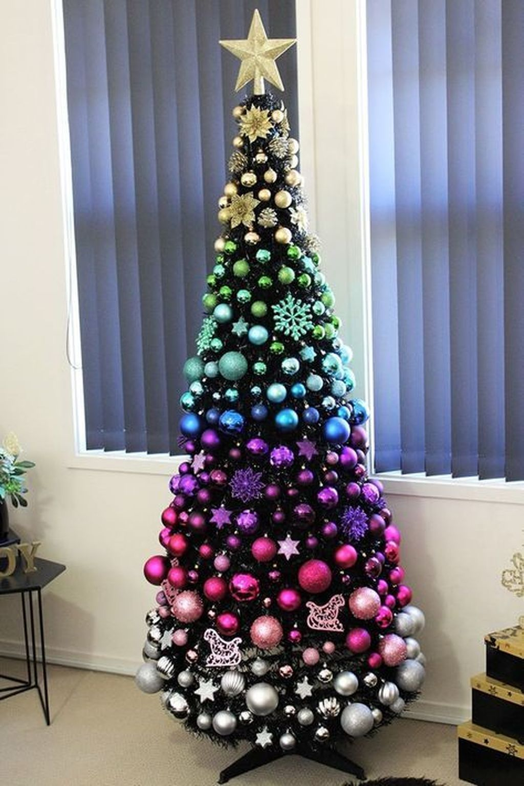 Lovely Christmas Tree Ideas To Beautify Your Interior Decor 33