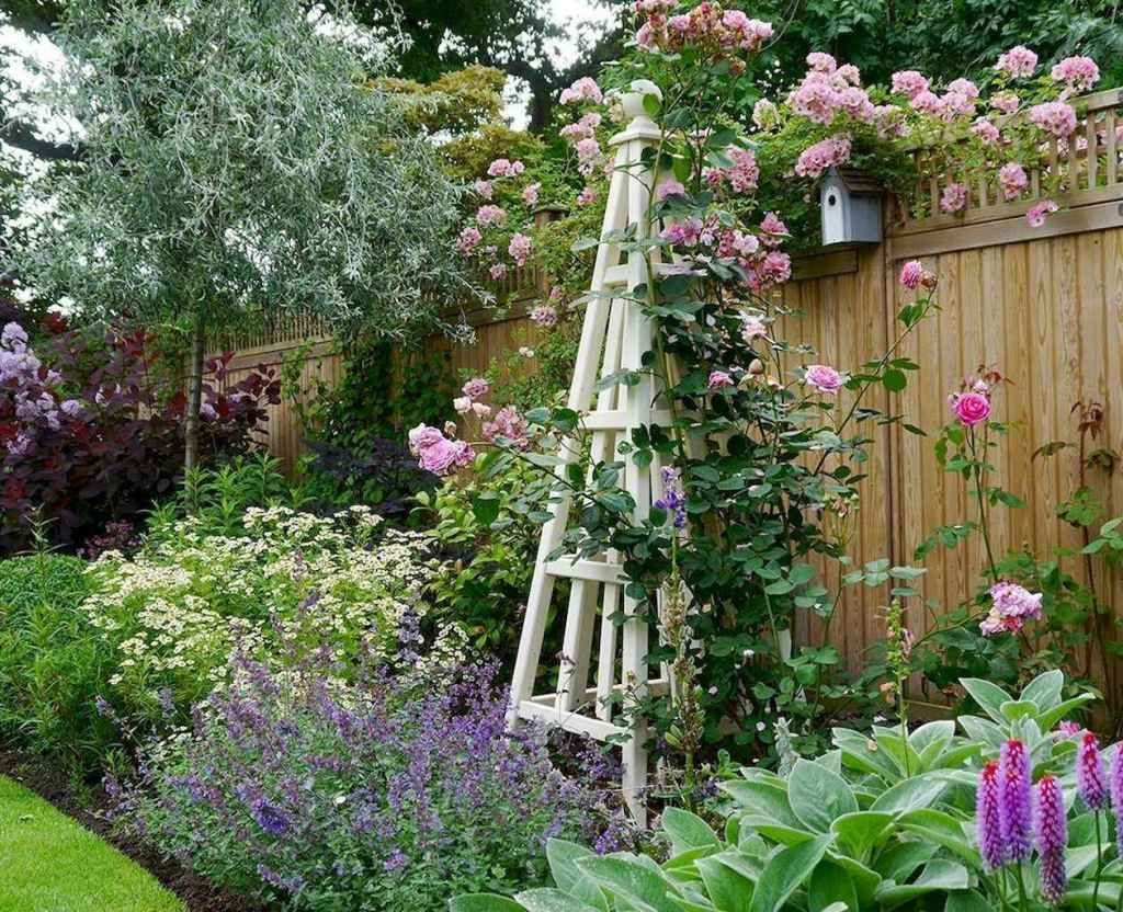 Fascinating Front Yard Cottage Garden Decor Ideas 16