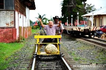 Un hombre que es transportado en Brujita está feliz en su viaje.