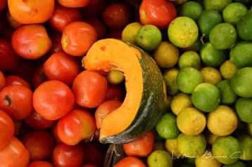 Los colores entre las frutas y verduras son hermosos. Colores naturales.