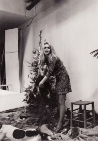 9-retro-pictures-of-our-favorite-it-girls-celebrating-christmas-1580357-1449082029.600x0c