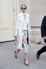 gigi-hadid-just-took-distressed-boyfriend-jeans-to-another-level-1634864-1453834678.640x0c