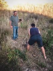 Piter y Runchi plantando arbolitos // Piter and Runchi planting little trees