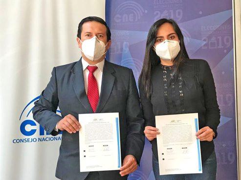 Darwin Avendaño Delgado y su alterna, María Esperanza Vivanco, precandidatos de Democracia Sí, cumplieron con el trámite en días recientes.