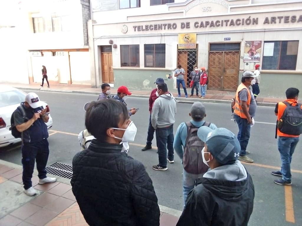 Se cumplió un plantón de obreros el viernes anterior, frente a la sede del gremio lojano.