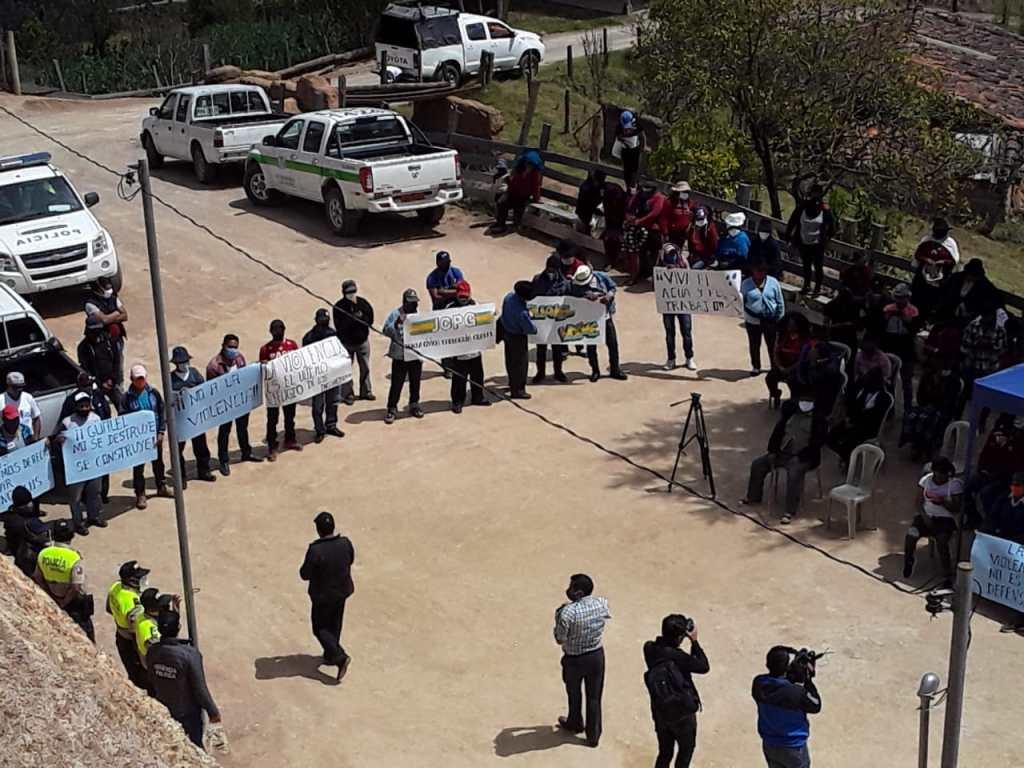 Los habitantes de la parroquia llegaron con pancartas al lugar donde se desarrollaba el acto oficial.