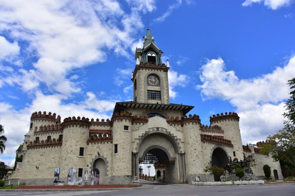 Un atractivo más es la 'Puerta de la Ciudad', ubicada en la parte noreste de la ciudad, misma que da la bienvenida a los turistas a visitar ciudad cultural. Cuenta con cuatro salas de exposición temporales, un pequeño almacén de publicaciones y artesanías lojanas, cafetería y un mirador. Fue construido en los años 1998–1999. Se dice que es una réplica del Escudo de Loja.